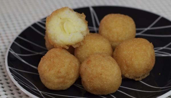 Bolinho de arroz recheado com queijo