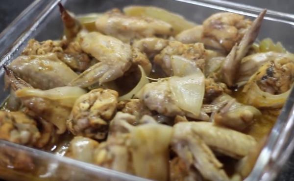 Asinhas de frango assadas com cebola e suco de laranja