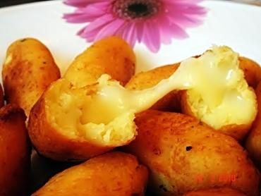 Bolinho de mandioca recheados com queijo