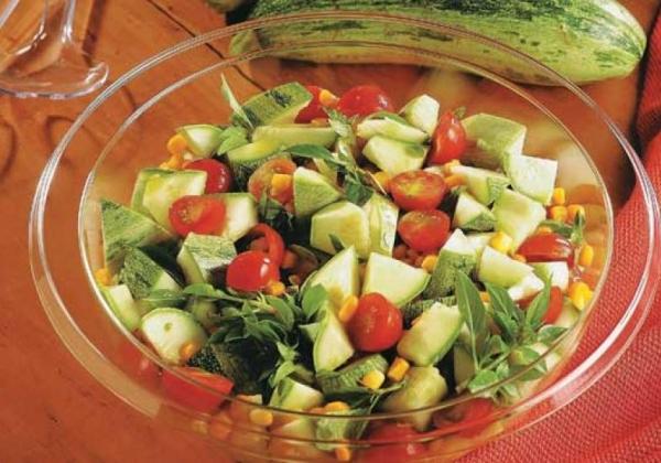 Salada de abobrinha e tomate-cereja