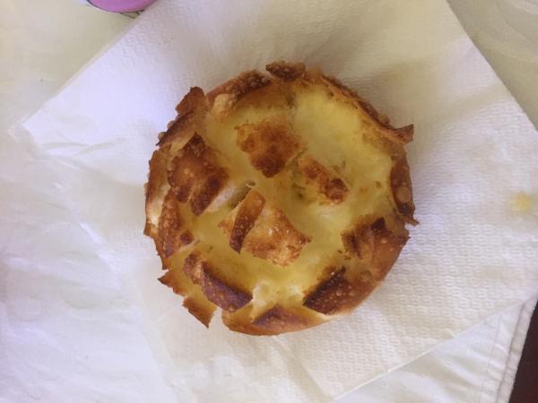 Pão bola com queijo tostado