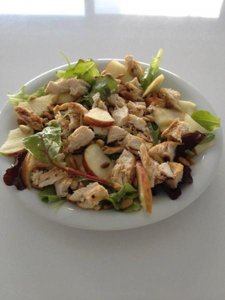 Salada de frango com maçã, amendoa e mel