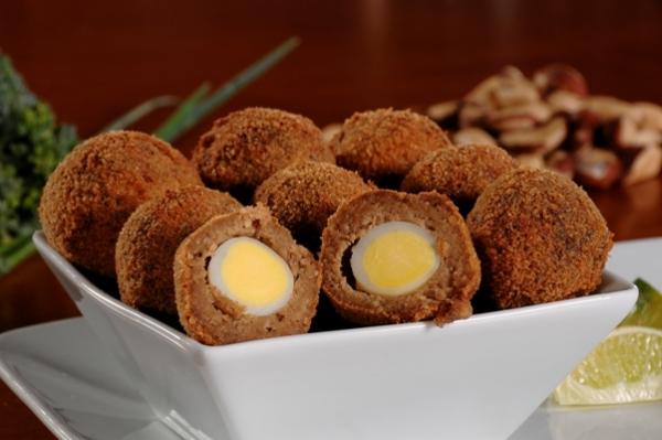 Bolinhos de carne com ovo de codorna