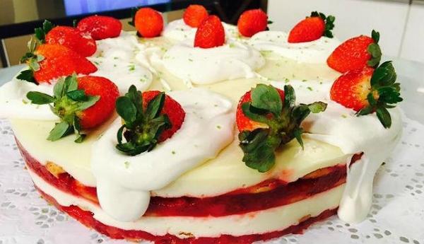 Torta gelada de morango e limão