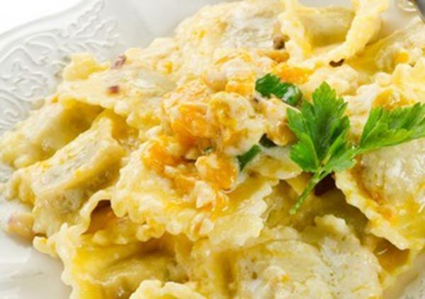 Ravioli de muzzarella ao molho branco com parmesão gratinado