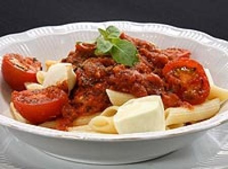 Penne primaverile ao molho de tomates frescos