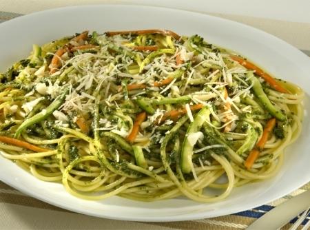 Espaguete ao pesto de manjericão com legumes