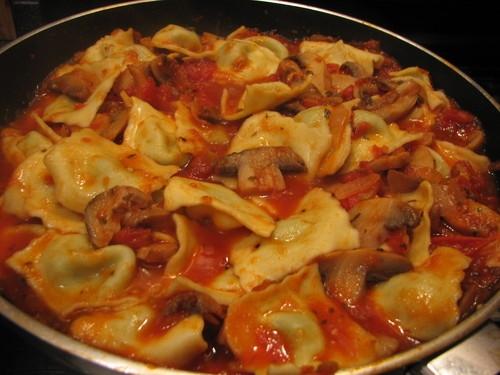 Ravióli com molho de tomate e queijos