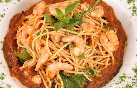Espaguete com camarões e manjericão