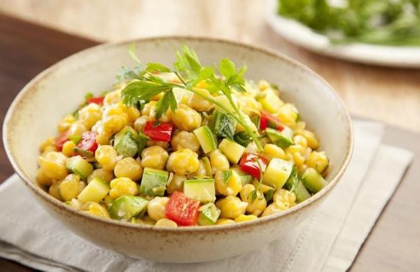 Salada de grão de bico abobrinha e pimentão