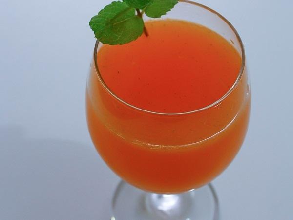 Suco de cenoura com limão hortelã