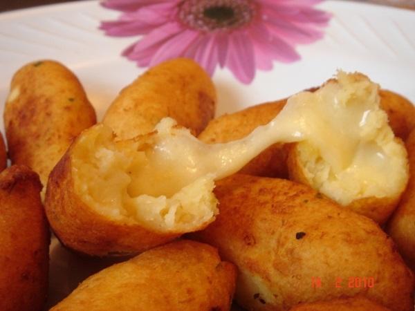 Bolinho de mandioca com queijo coalho