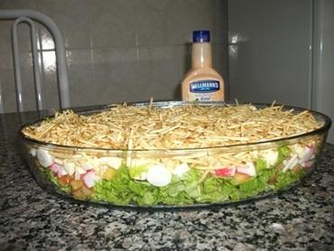 Salada de alface com batata palha