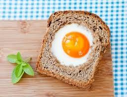 Pão com ovo no meio