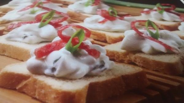 Torradinhas com cream cheese e gorgonzola