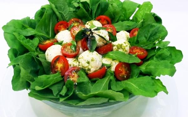 Salada de rúcula com hortelã