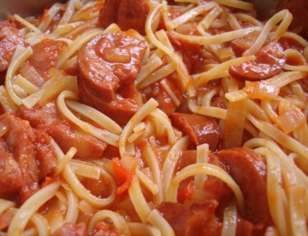 Espaguete com linguiça calabresa