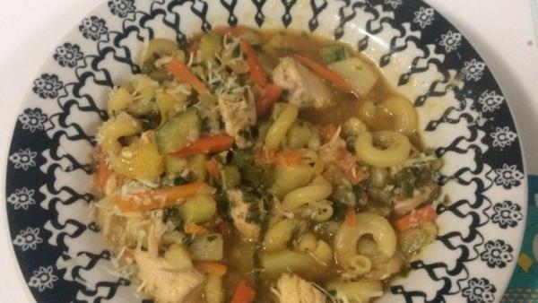 Sopa de macarrão com frango e legumes