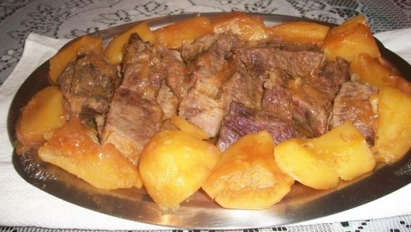 Carne com batatas na panela de pressão