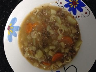 Sopa de macarrão com carne moída