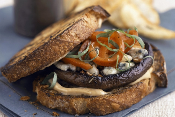 Sanduíche de cogumelos grelhados