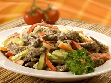 Iscas de carne com legumes cremoso