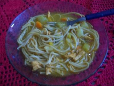 Sopa de frango com legumes e macarrão