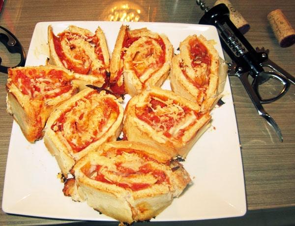 Pizza enrolada de queijo e pepperoni