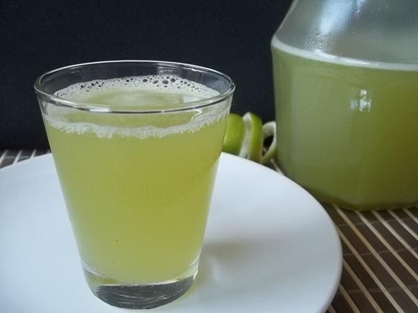 Suco de limão, gengibre e capim cidreira