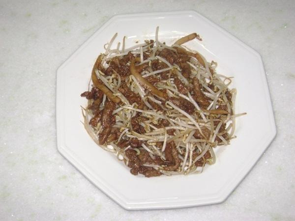 Carne com moyashi