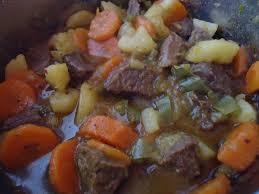 Carne ensopada com batata e cenoura na pressão
