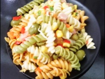 Salada de macarrão parafuso colorido