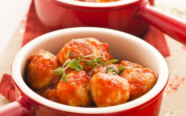 Almôndegas de frango com molho de tomate