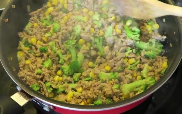 Carne moída com milho e brocolis