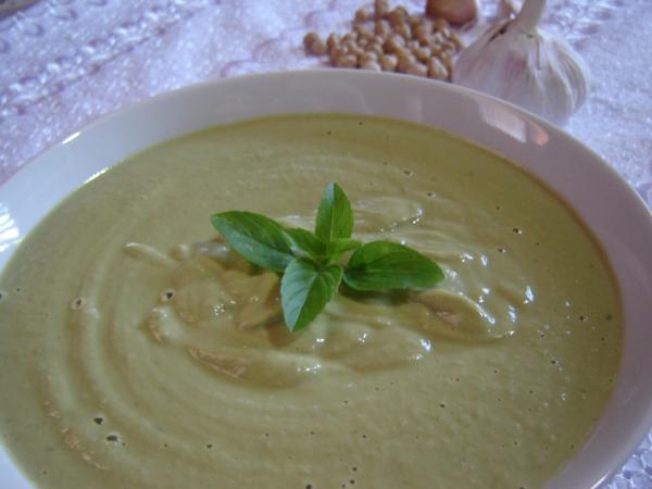 Sopa vegetariana à base de talos e cascas de legumes
