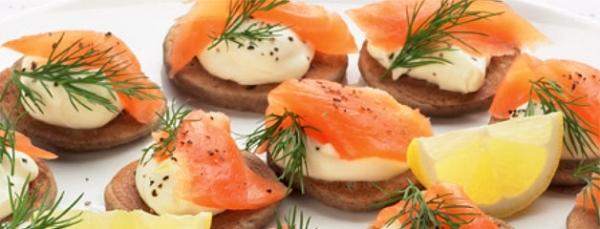 Blinis com salmão e ovas cobertos com nata azeda