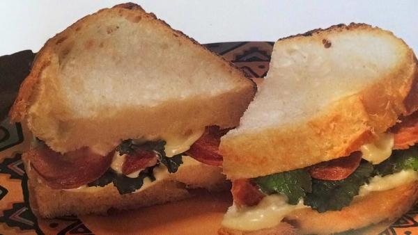 Pão Italiano com Linguiça e Rúcula