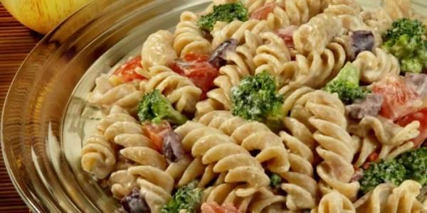 Salada de peixe e massa