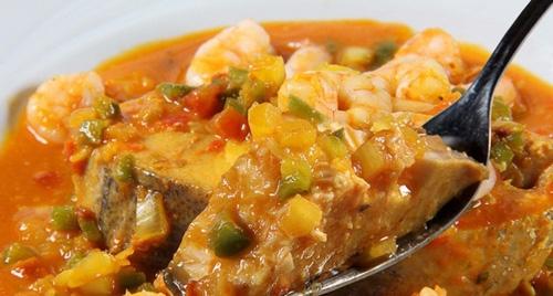 Moqueca de peixe ao molho de camarão