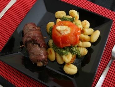 Nhoque ao pesto paraense com filé e tomate recheado