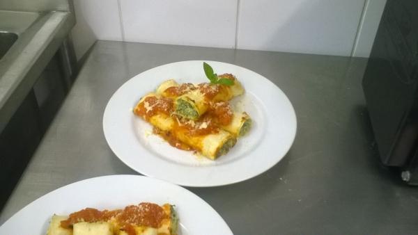 Canelone de ricota com molho de tomate